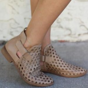 Musse & Cloud Caila Taupe Leather Ankle Booties